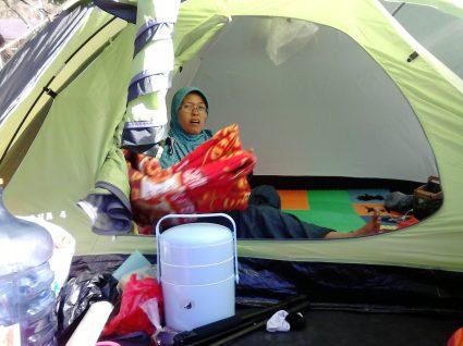 Mama beres beres tenda