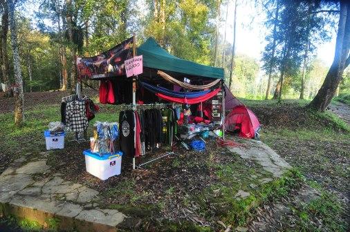 Lapak penjual alat camping, anak anak minta dibeliin hammock